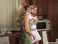 Dvě lesbické holky mají půlnoční svačinku s sebou