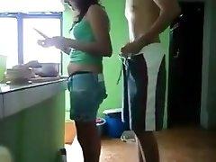 Pegando prima novinha na cozinha