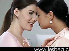 fată tânără ospăț pe iubitorii de ei păsărică umed