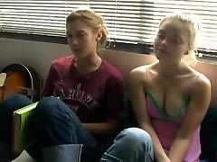 Izabella Miko i Lizzy Caplan - zawiesza