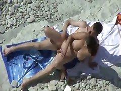 Cadela quente fodendo na praia