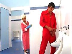 ناضجة, الجنس في المرحاض