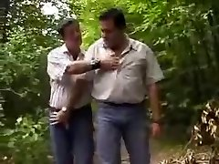Chubby nosi v gozdu