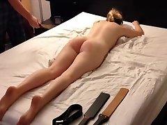 amatør blonde ungdoms spanking økten, belte stokk padle