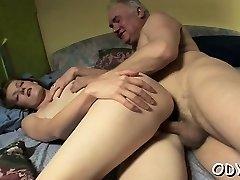 Amateur hottie lets an older dude penetrate her cuchy