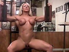 Musculosa pelada com clitoride grande