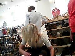upskirt d'une jolie adolescent fille assise dans un magasin de chaussures