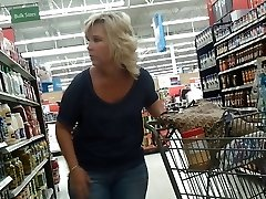 Sexy Milf Blonde chez Walmart
