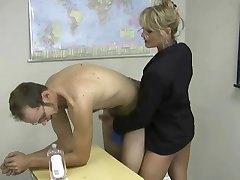 blonde mini-jupe masturbe