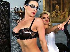 Blondi lesbijki Alexis Monroe dominują matka