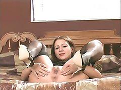Brunette Milf in sexy lingerie strippen en toont haar kutje