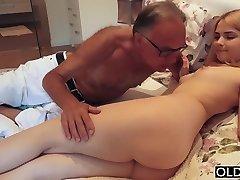18 yo chica besos y se folla a su padrastro en el dormitorio