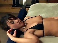 Brunette blowjob og fot sex i fishnet strømper