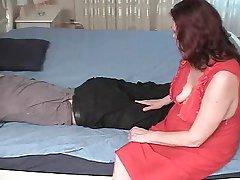 Stepmom med hengende pupper & amp; amp fyren har en posisjon 69