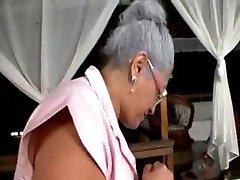Stara dama lubi ogromny czarny kogut