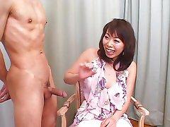 Chica japonesa mamada de trabajo