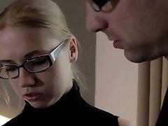Ella Es Friki - Estudiar y follando con nerd teeny