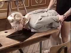 伊沃娜Zampova搞砸在学校的书桌。