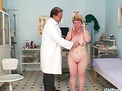 Stygg mamma får en vattpinne stick opp hennes hårete fitte