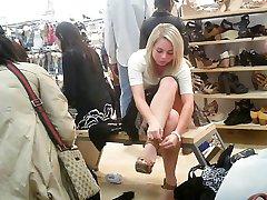 upskirt de una linda chica sentada en una tienda de zapatos