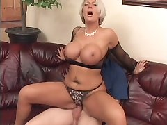 Une femme modne lui offre sa belle poitrine