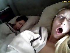 हाँ, कि उसकी बहन सो रही है, उसके बगल में