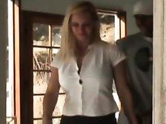 Procace bionda MILF sbattuto duro da un ragazza con un grosso cazzo nero