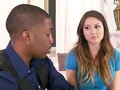 保姆是诱惑的一个黑色的夫妇。 Y&B