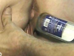 Železna lady dobi steklenico zajebal