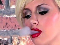 Tatuerad Tonåring Rökning Masturbates