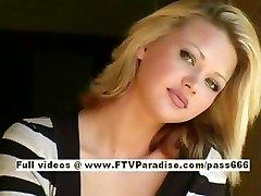Svetlana söt blond tjej drycker fika