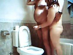 打手枪在浴室与阿德里安娜