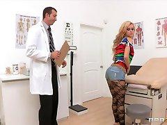 Bubblebutt的金发少女的杰西*罗杰斯乱搞她的医生的bigdick