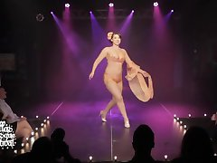 Burlesque izvajalec nastavek zdrsne na odru