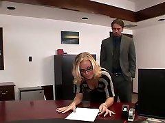 Nicole baise dans le bureau