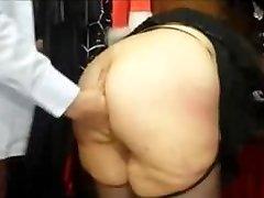 Chubby français MILF avec un gros cul baisée dans un sex-shop