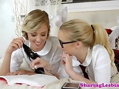 lesbianas colegialas tijera después de digitación