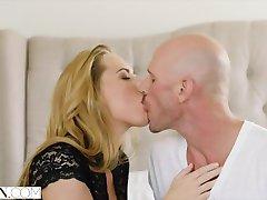 МЕГЕРА vruće pomoćnik Carter Krstarenja omogućuje njen Šef učiniti ono što on želi