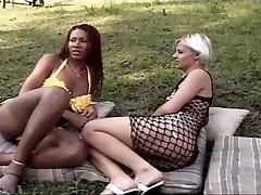 Ebony tranny porks a hot chock outdoor