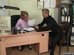 Ve věku kanceláři šéfa mu dělá ji šukat tvrdě