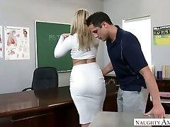 Velmi sexy velký nasbíral blondýna profesor byl v prdeli přímo na stole