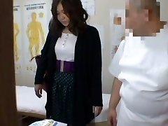 医疗偷窥按摩视频主演一个丰满的亚洲戴着黑色短裤