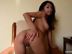Perfect webcam model fingering her vag