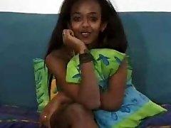 Krásné Ebony Teen Bere Bílý Péro !