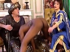 African Mega-bitch Blows And Gets Fisted In Three Way