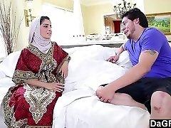 阿拉伯鸡纳迪亚*阿里享受一个白色的阴茎。