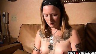 Alternative slut fingers her puss