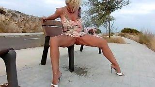 Sexy Girl B piss