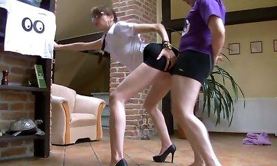 המזכירה מנסה הבוס החדש שלה
