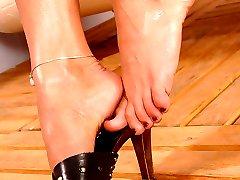 Barefoot toe play
